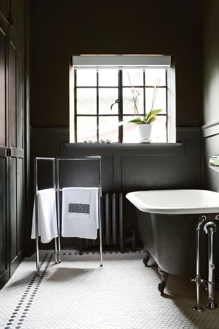 интерьер черно белой ванной комнаты