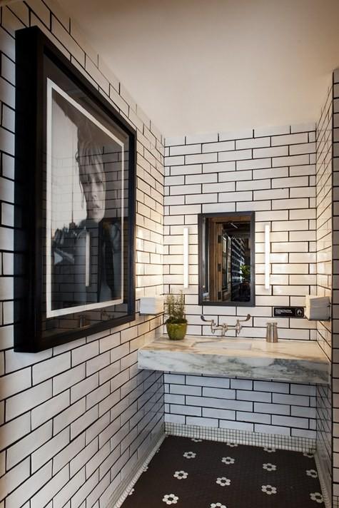 ванная комната черно белая на фото