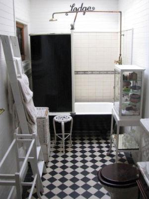 Маленькая черно-белая ванная комната