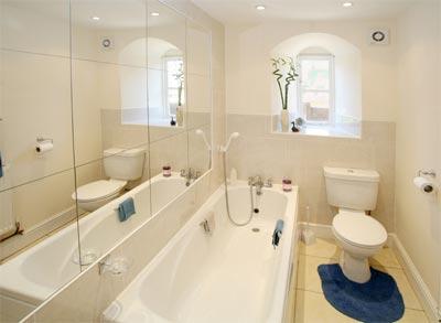 Комната ванной с большим зеркалом на стене