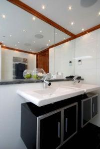 Красивый потолок ванной комнате - фото