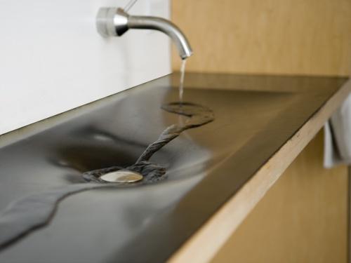 Стеклянный умывальник для ванной на фото