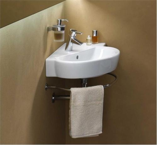 Угловой умывальник в ванной с подсветкой