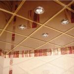«Увеличение» комнаты за счет зеркального потолка в ванной