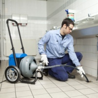 Спиральная очистительная машина для прочистки засоров в канализации