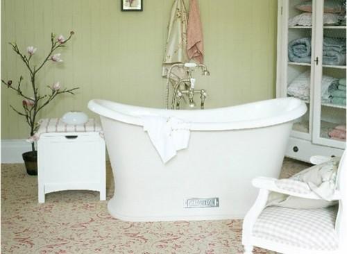 чугунная ванна в дизайне интерьера