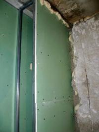 Короб для труб в ванной из гипсокартона водостойкого зеленого цвета