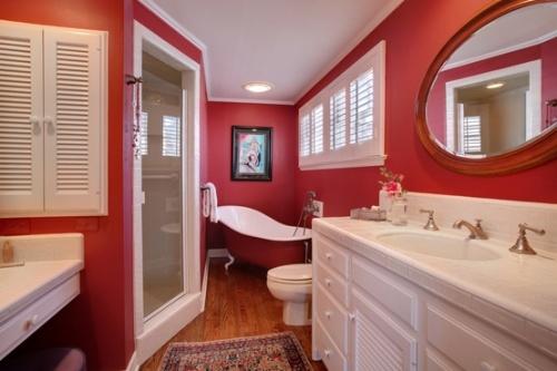 красный цвет в интерьере ванной