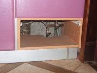 Трубы спрятаны за мебель