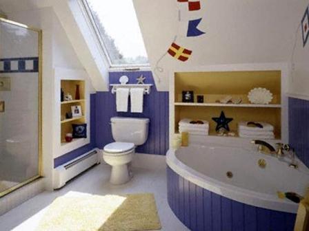 Сочетание фиолетового и белого цветов в оформлении помещения