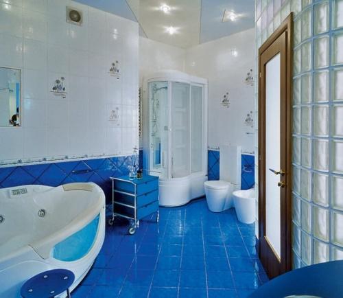 Бело-голубые тона интерьера ванной
