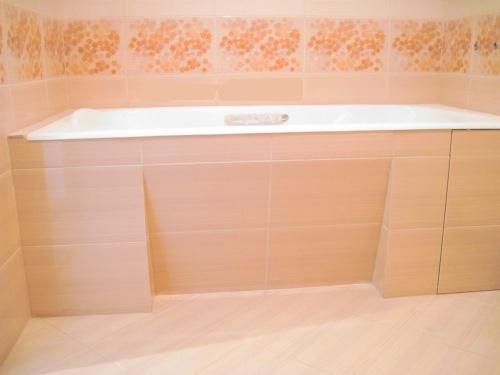 Обычный экран для ванны из плитки