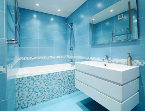 светло-синие тона в интерьере ванной