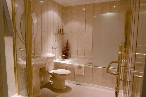 Декор в ванной панелями