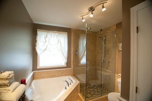 Cовмещение: угловая ванна и душевая кабина