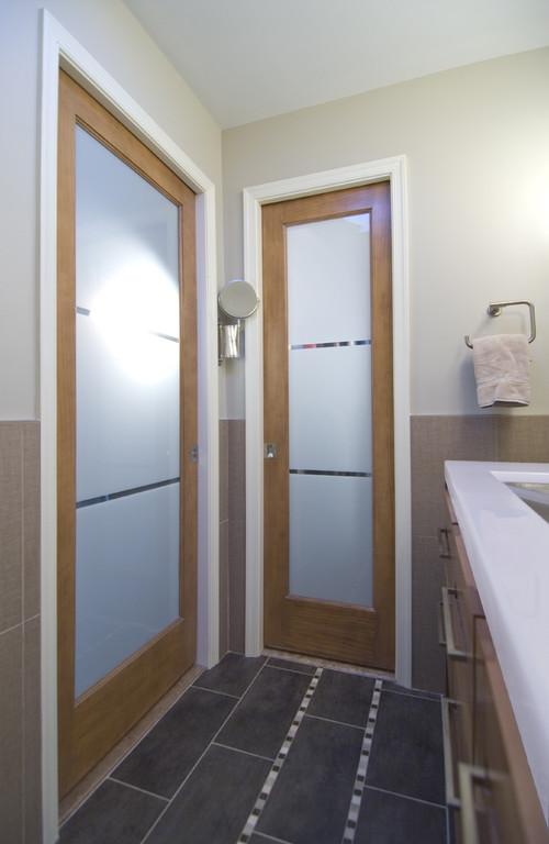 Межкомнатные двери со стеклом в ванную комнату