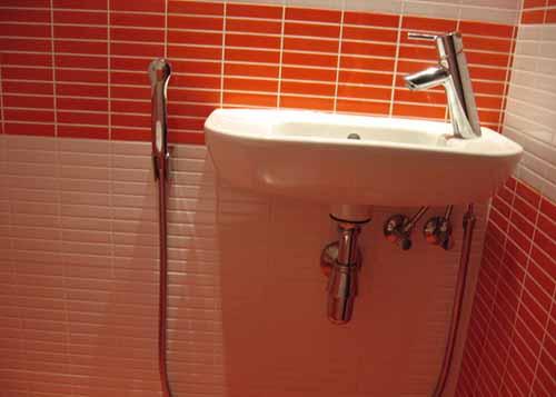 Гигиенический душ, который подключен к смесителю раковины